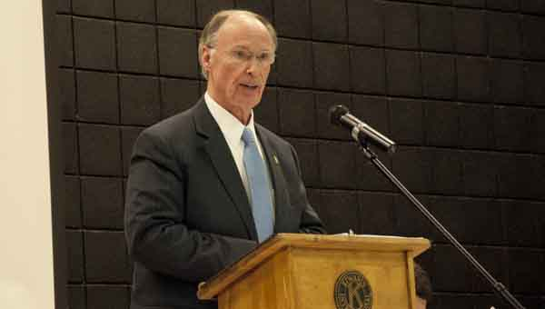 Governor Robert Bentley speaks to members of Kiwanis and Rotary clubs Tuesday. JOURNAL PHOTO   MONA MOORE